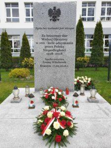 Złożenie kwiatów pod pomnikiem 100 -lecie Odzyskania Niepodległości